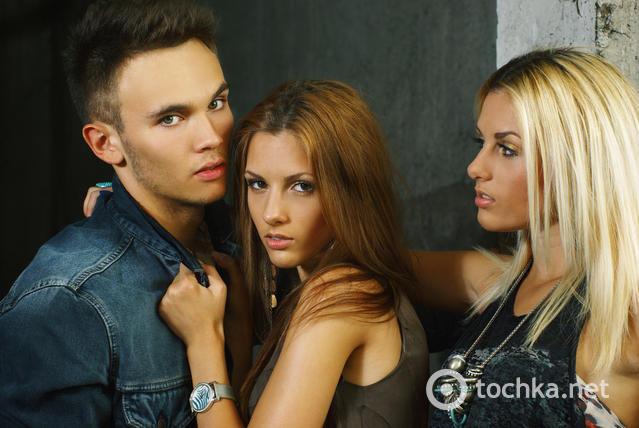 foto-2-devushki-i-odin-paren