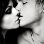 Мужчина целует в живот